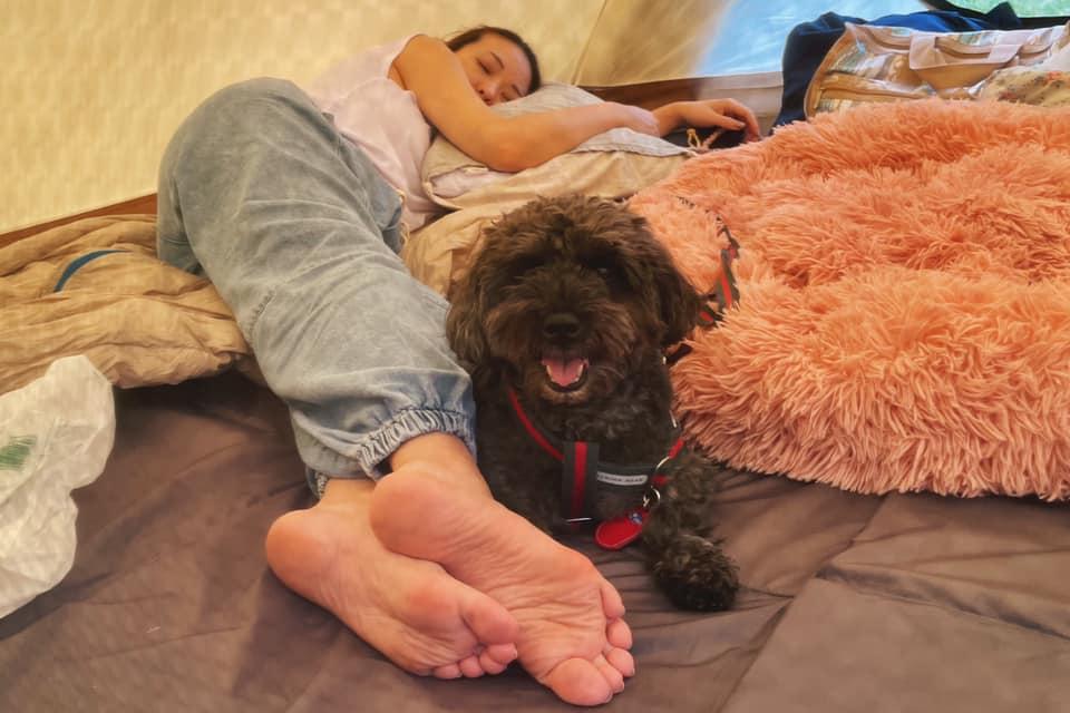のんびり寝そべる大田みりと愛犬